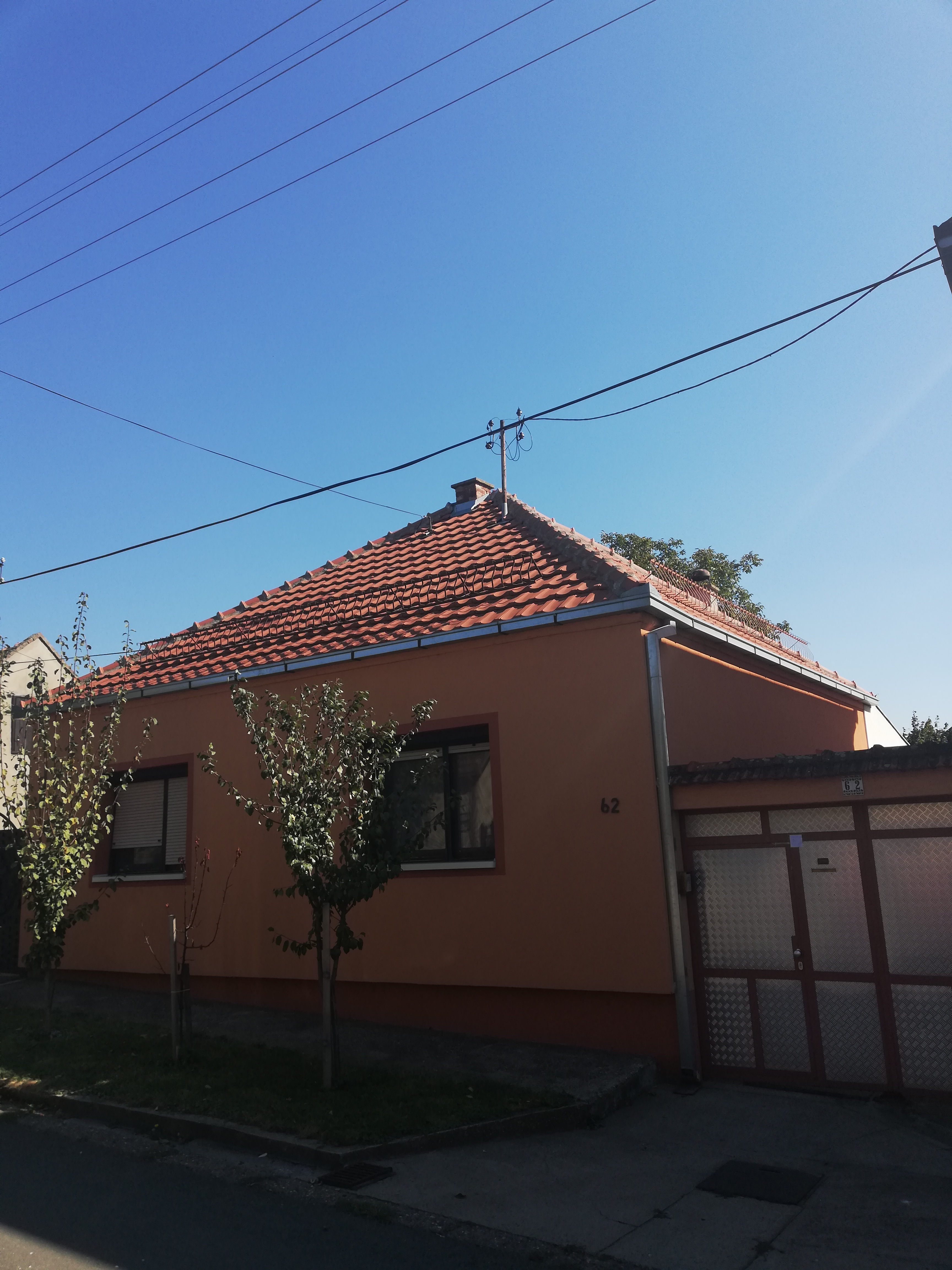 Prizemna exstra sređena kuća 120 m2, Inđija