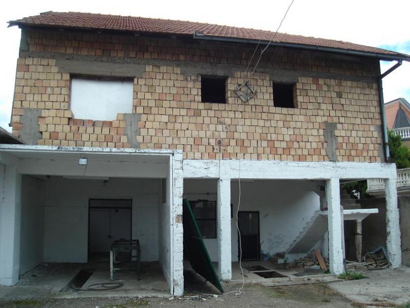 Spratna kuća na glavnom putu