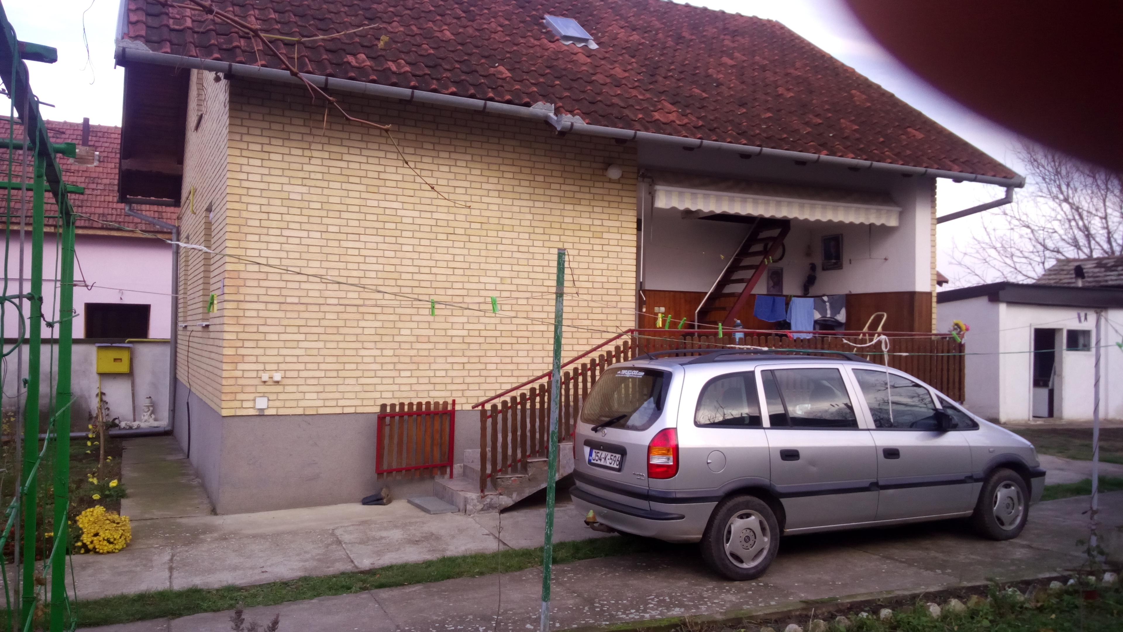 Kuća sa potrovljem, plac 41 ar, Beška