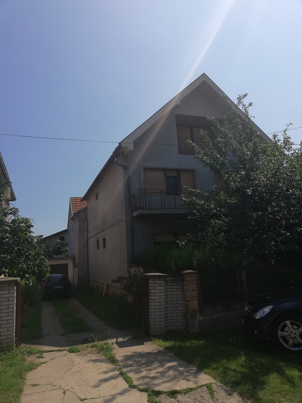 Spratna kuća sa tri stana na placu 14 x 25 m