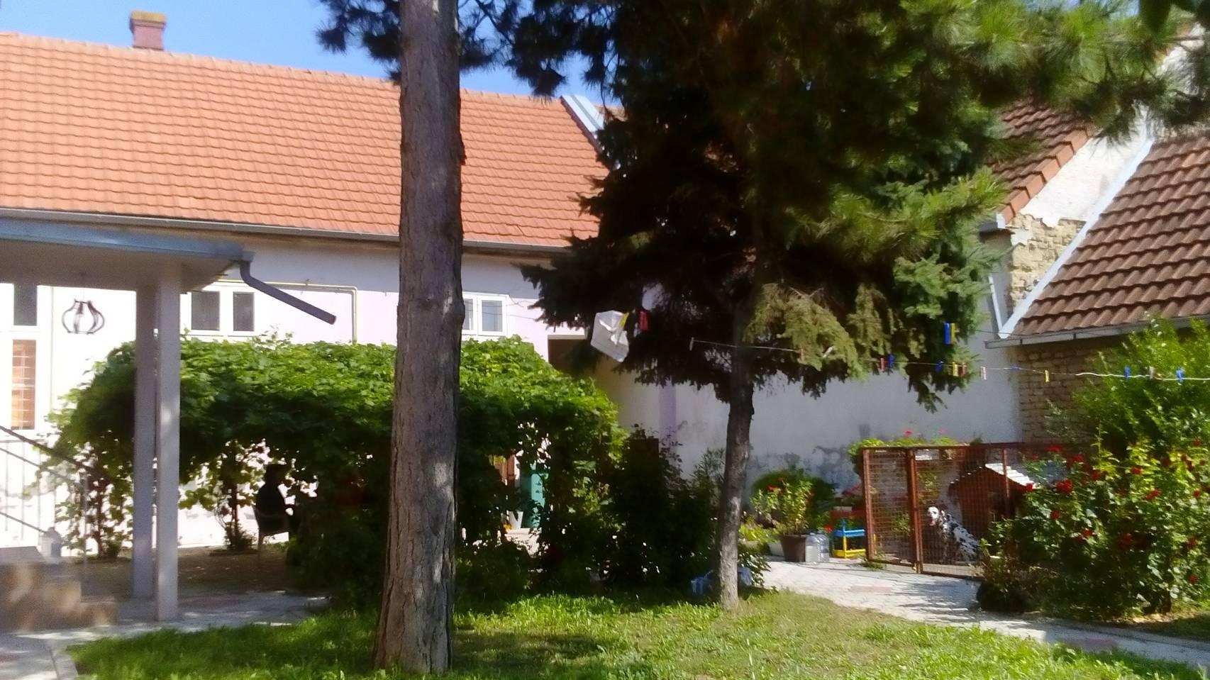 Kuća 250 m2, plac 887 m2, centar, Inđija