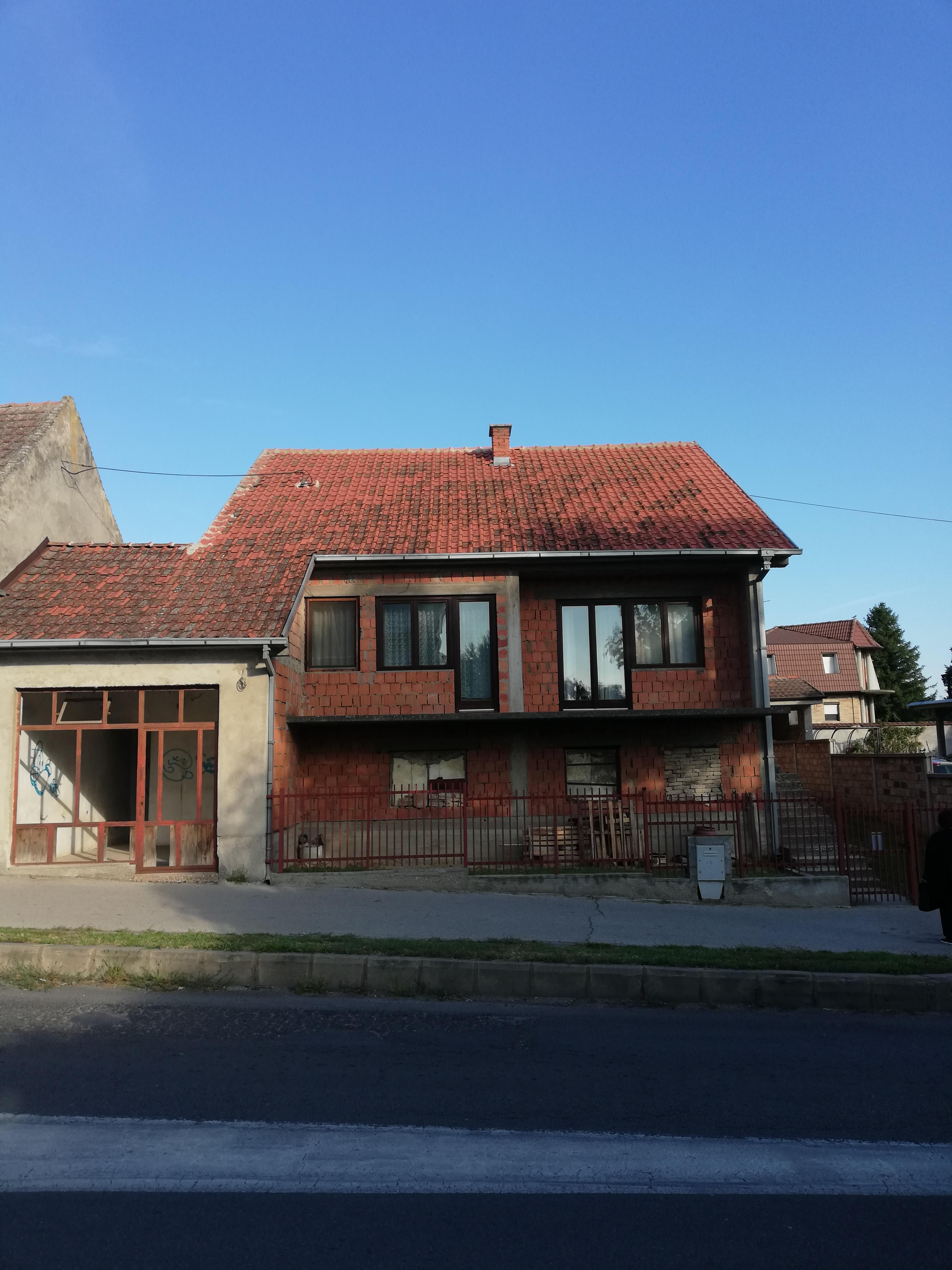 Nova neodvršena kuća, centar Inđije, plac 4 ara