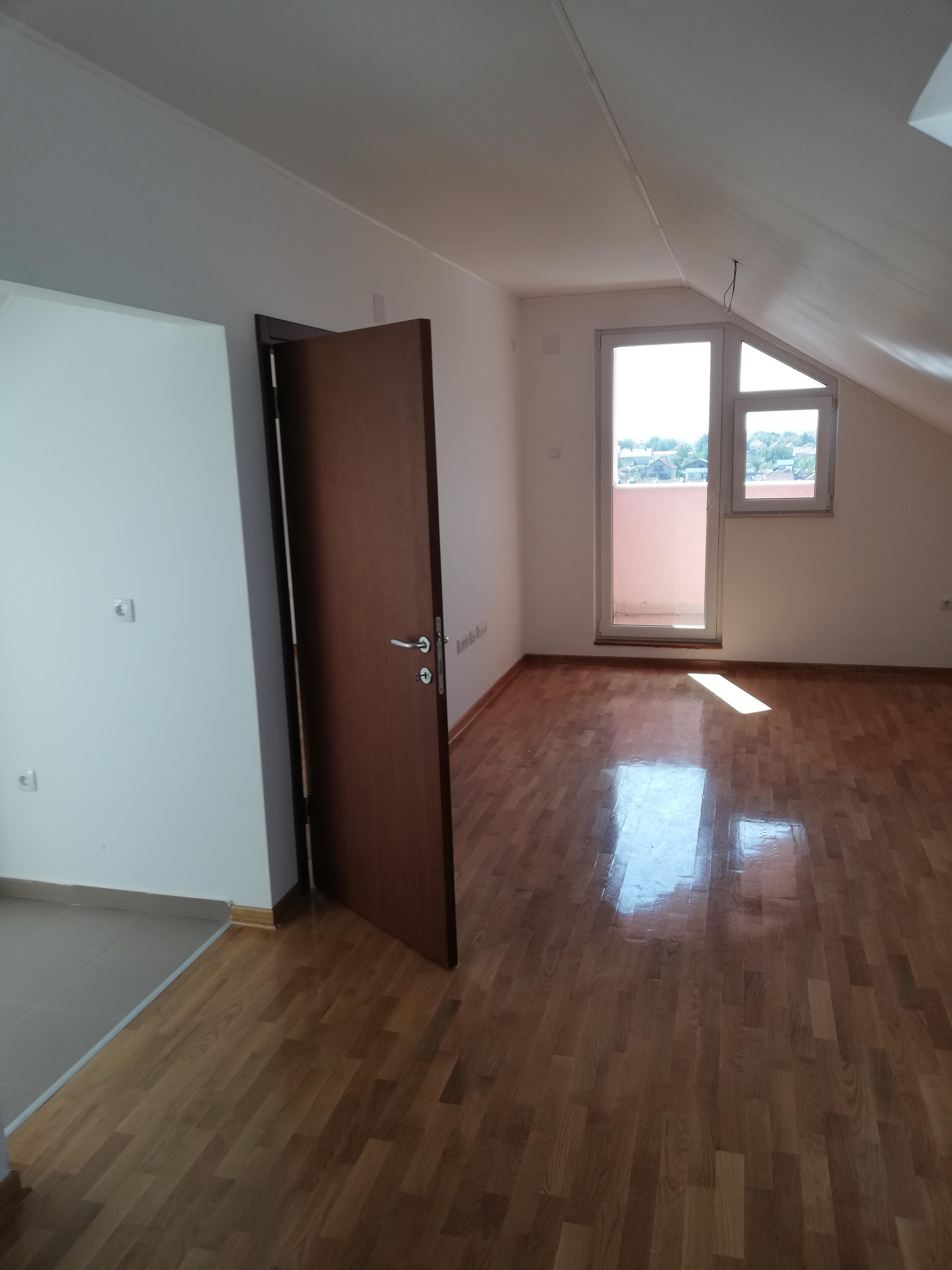 Nov stan 56 m2, potkrovlje, lift, Inđija