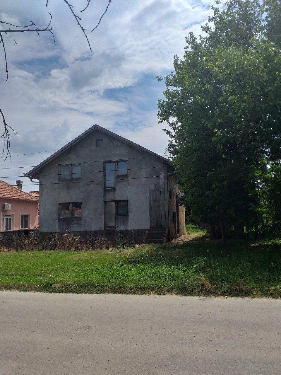 Spratna kuća, Novi Karlovci, plac oko 8000 m2
