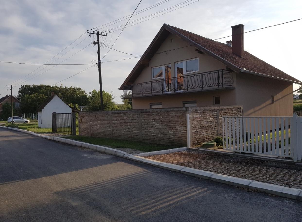 Prizemna kuća sa potkrovljem, Beška