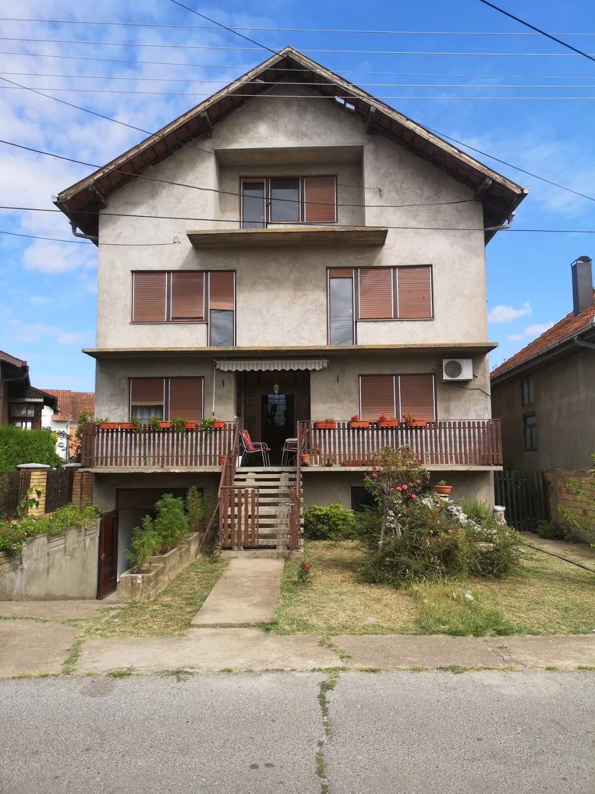 Spratna kuća sa suterenom, plac 5 ari, Inđija