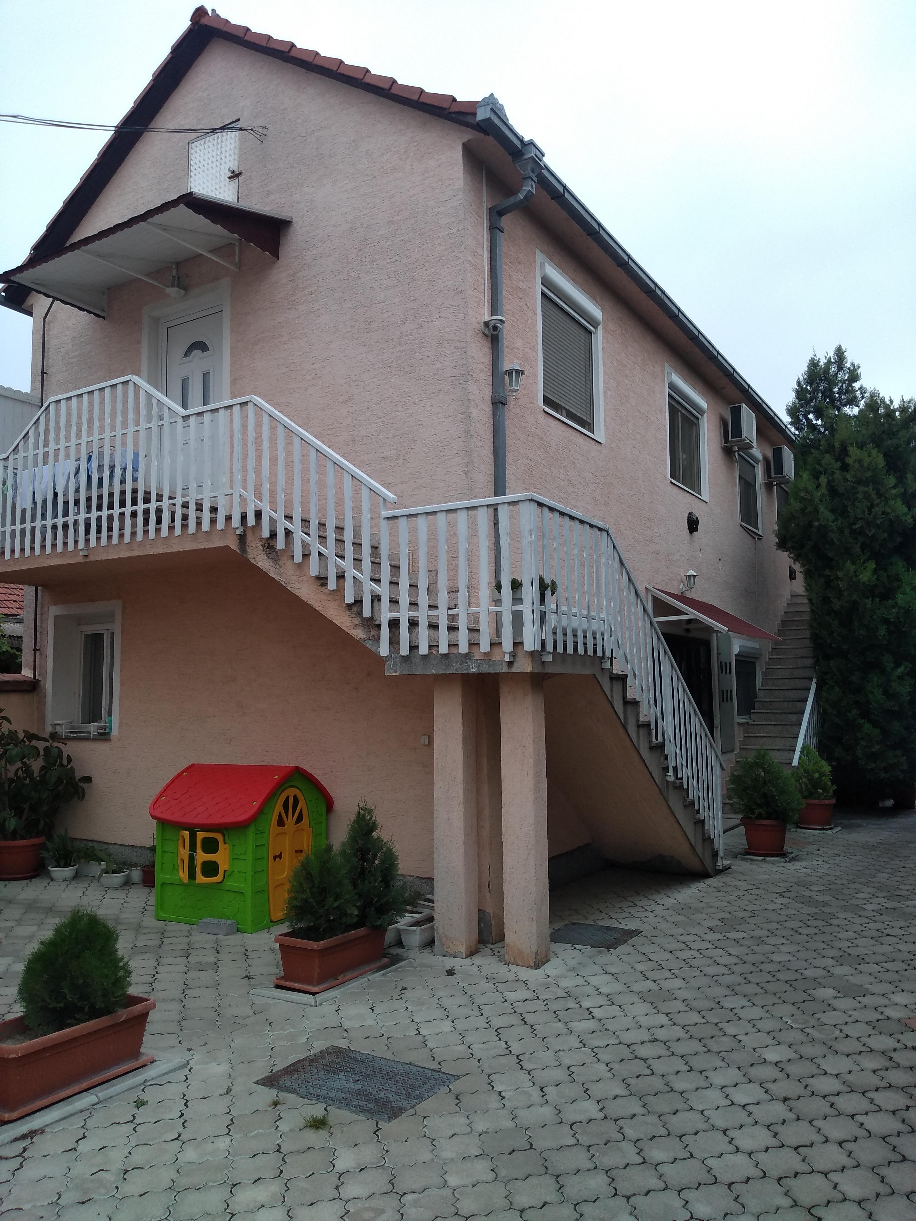 Stambena zgrada sa 6 stambenih jedinica, plac 11 ari