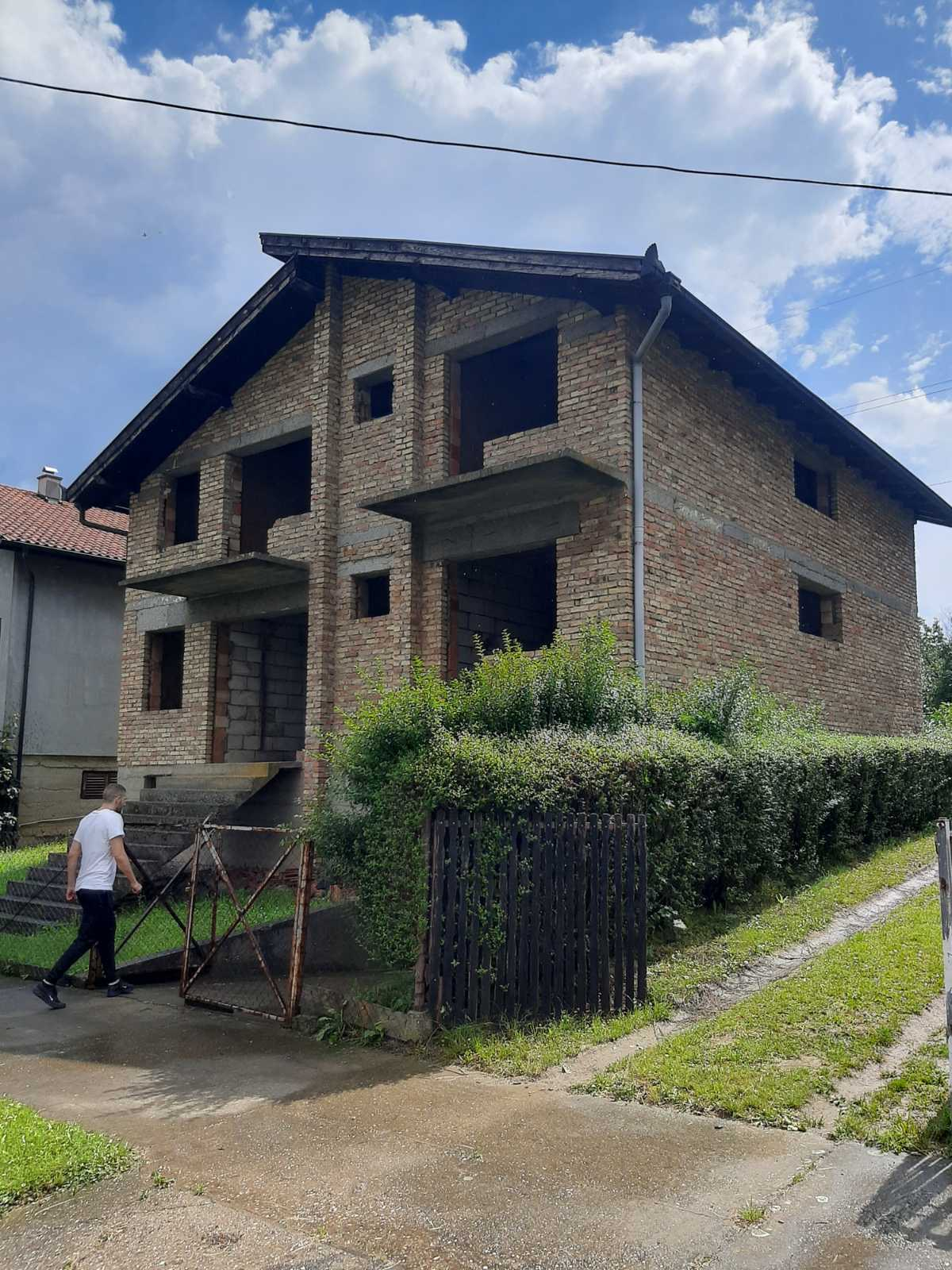 Spratna kuća sa suterenom, (radionica), 370 m2, plac 451 m2