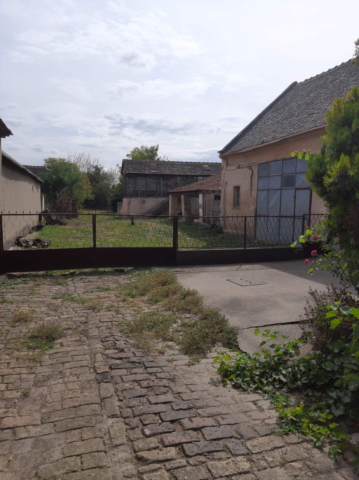 Kuća u Novim Karlovcima, blizu centra, put za Inđiju