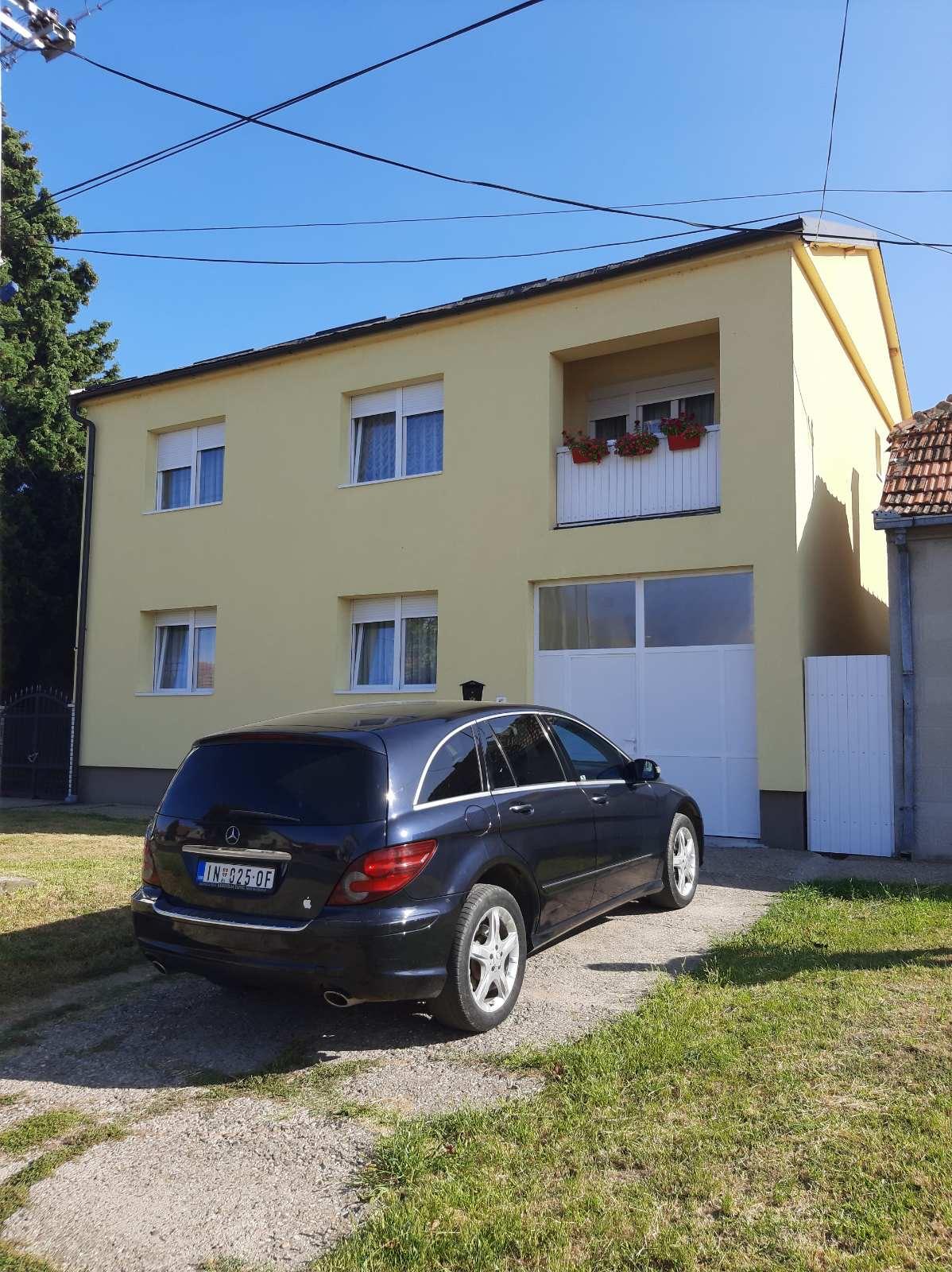 Extra sređena spratna kuća, Inđija, plac 9 ari