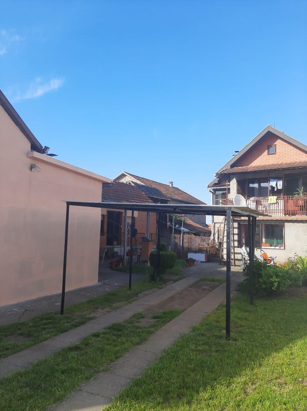 Dve kuće na placu 1091 m2, Inđija
