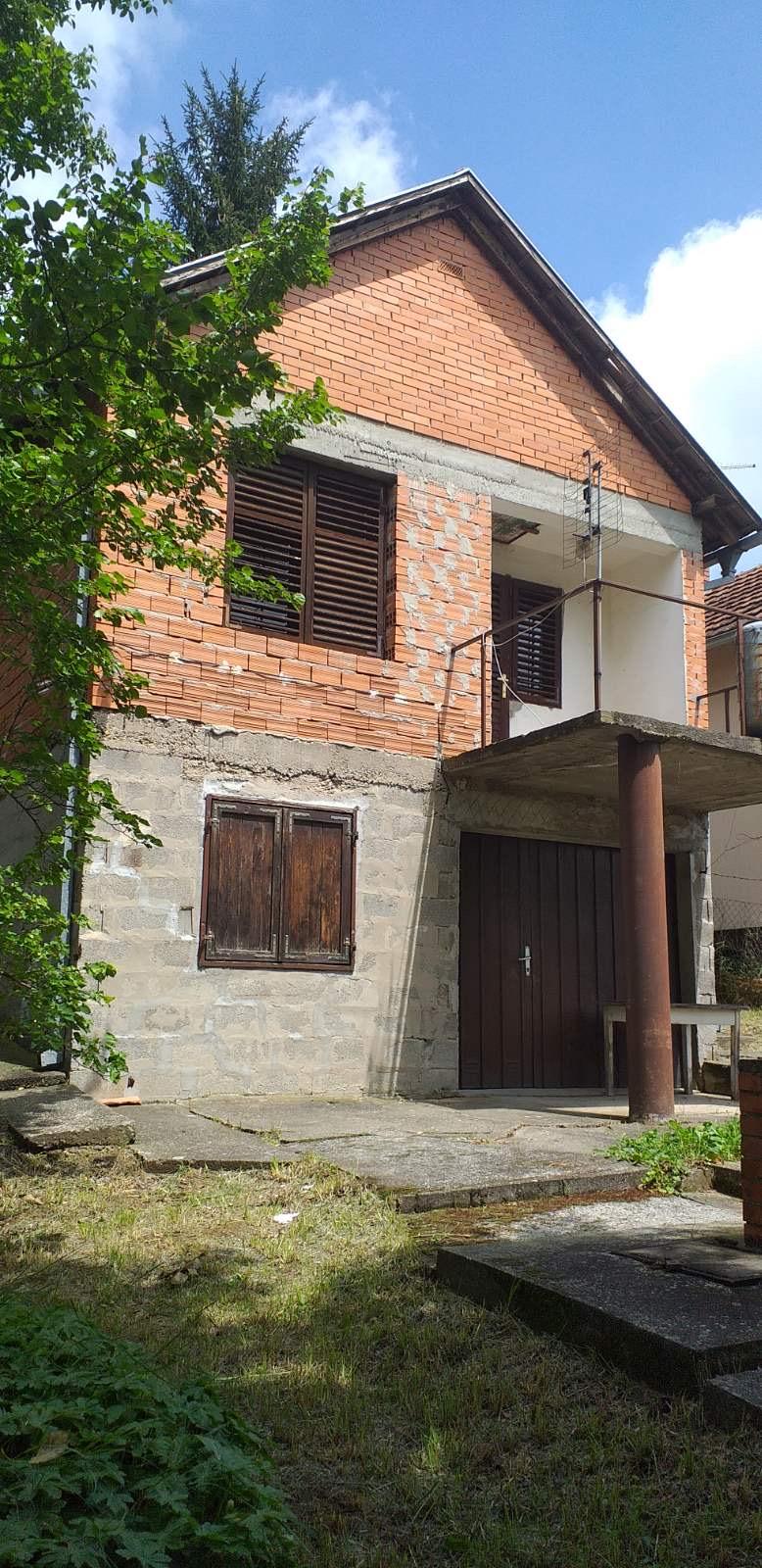 Vikendica spratna, Čortanovci, plac 800 m2, uknjižena