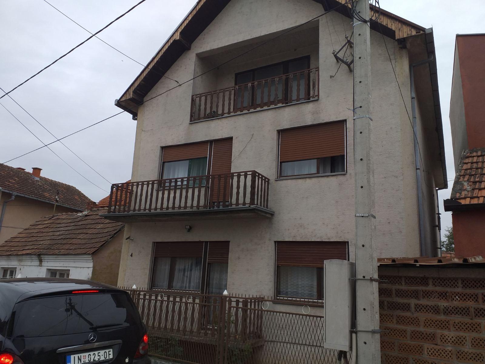 Spratna kuća 2 x 101 m2, uknjižena, Inđija
